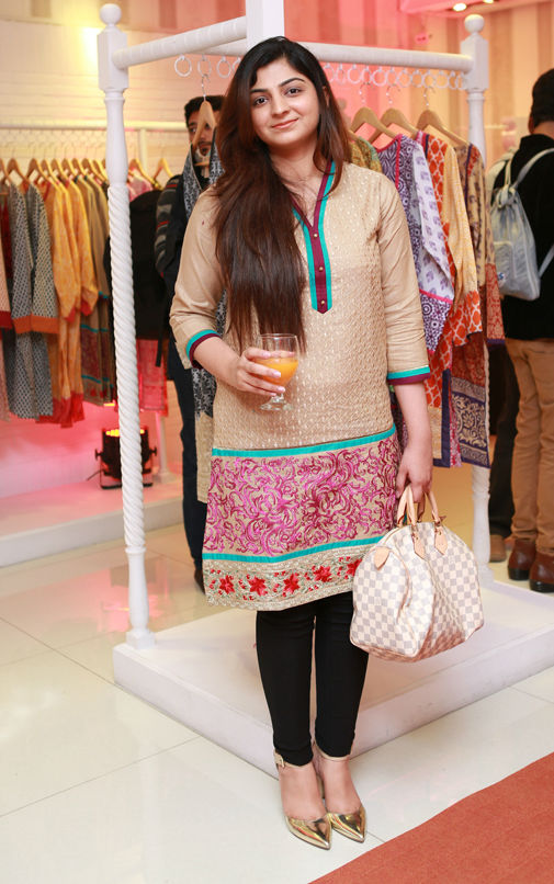 Rabia malik from lahore pakistan showing phuddi for cards - 3 10